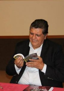 "Former Peruvian President Alan García reading Paul Montjoy's anthology, ""Relatos desde el hígado"""